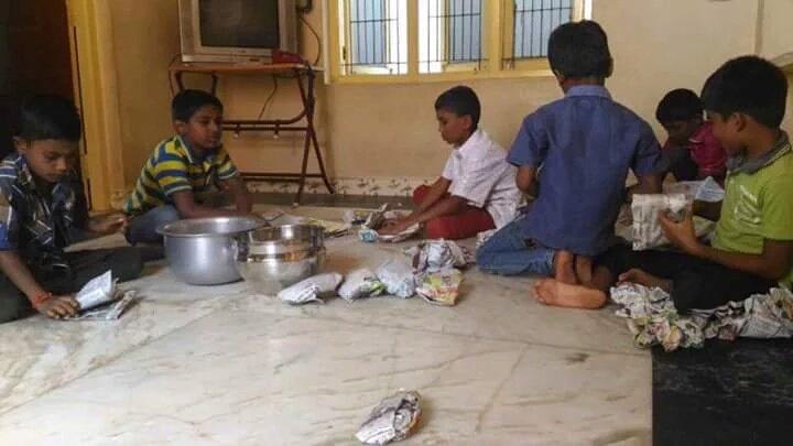 kids preparing food for people protesting in alanganallur